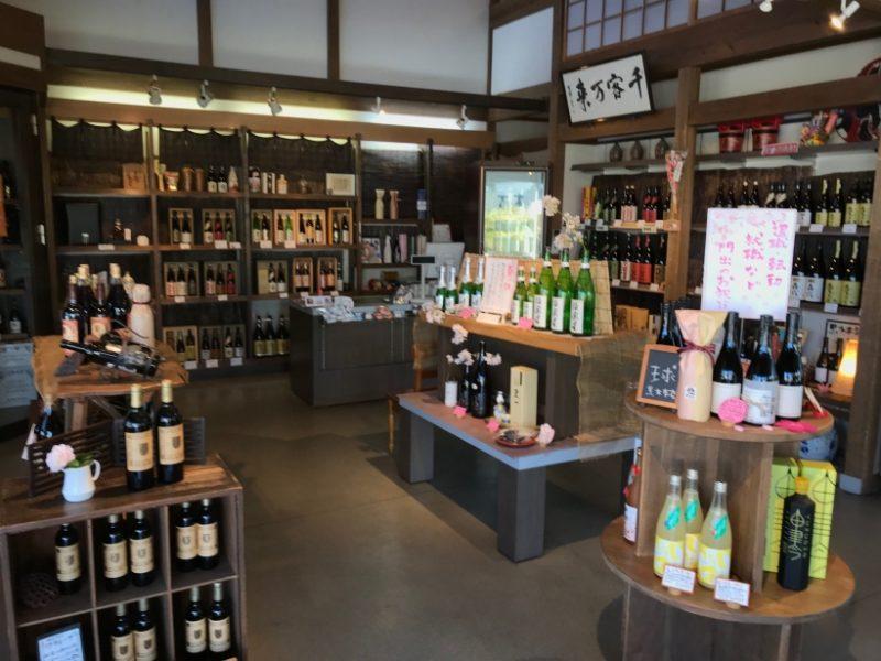 伊藤酒屋。おしゃれで整った店内。